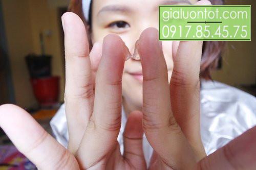 Lấy một lượng ít sản phẩm ra tay và thoa đều vùng da quanh mắt